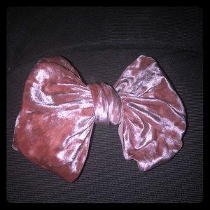 A velour bow clip